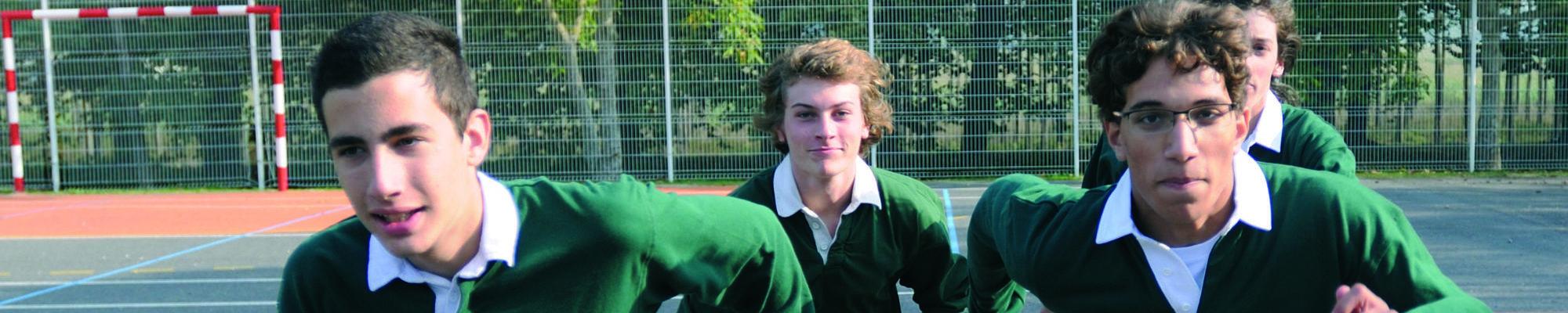 eleve en uniforme en train de courir au chateau Vaillant internat college lycee esport