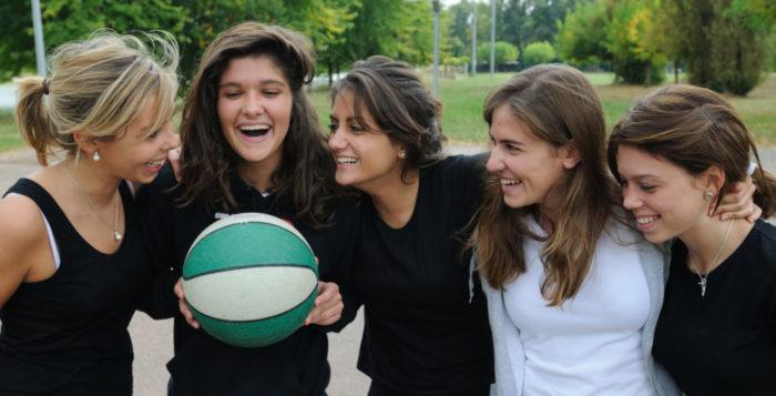 groupe de filles en train de faire du basket au chateau Vaillant internat college lycee esport