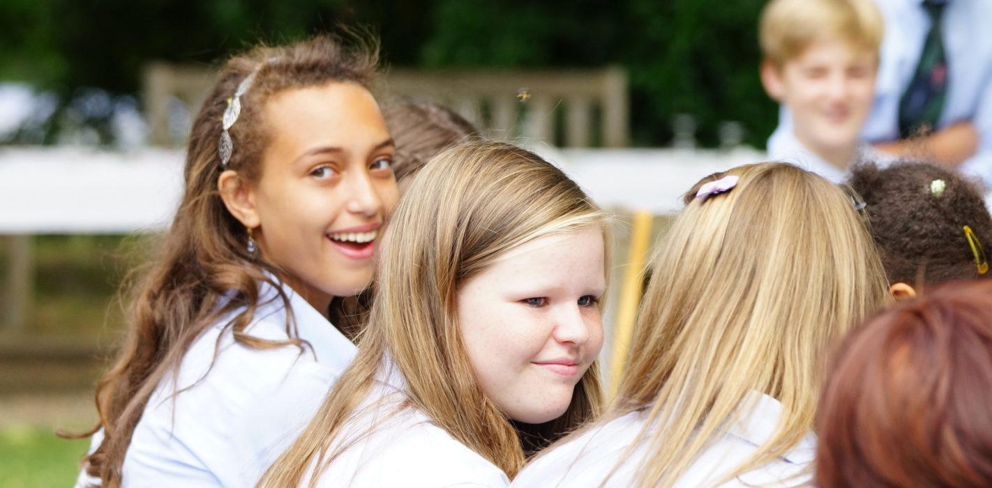 Groupe de jeunes filles en train de sourire au chateau Vaillant internat college lycee esport