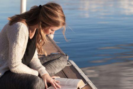 Jeune fille en train de lire au chateau Vaillant internat college lycee esport