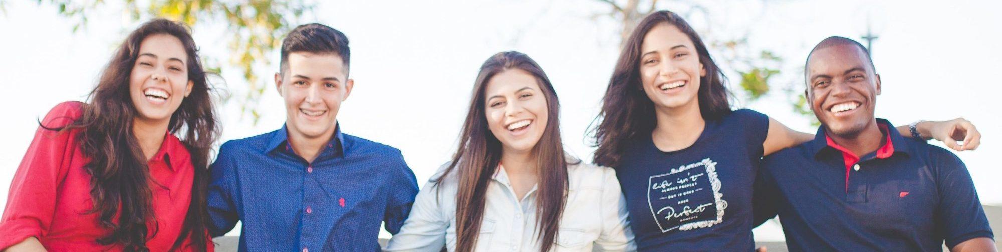 groupe d'amis en train de sourire au chateau Vaillant internat college lycee esport