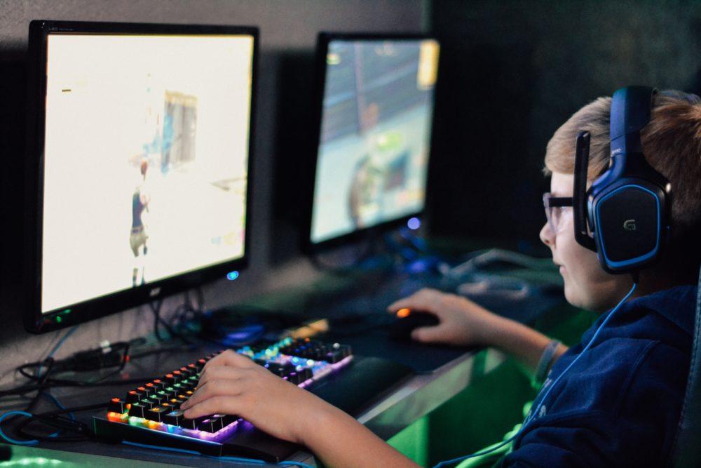 jeune garcon jouant en ligne aux jeux videos au chateau Vaillant internat college lycee esport