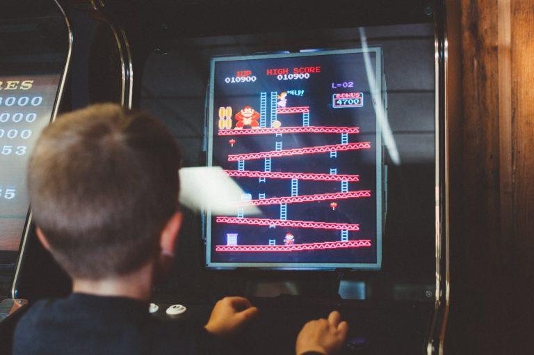 Enfant entrain de jouer aux jeux videos au chateau le vaillant internat college lycee esport